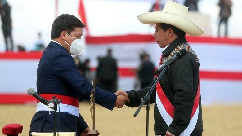 Perú: Pedro Castillo le toma juramento a un ministro.