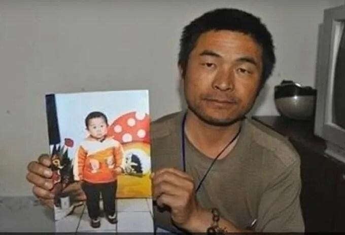 China: pudo encontrar a su hijo tras recorrer el país en moto.