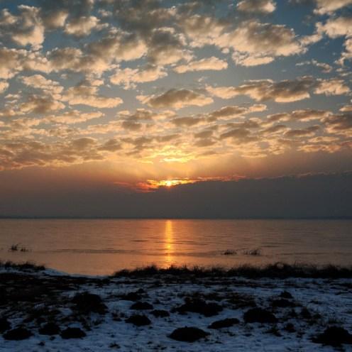 Solen ritar sitt gyllene streck över isen.