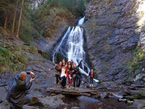 Cu grupul, sub cascada de la Răchițele (comuna Mărgău)
