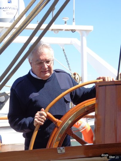 Cine a condus velierul pe mare