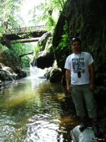 Eu, în lateralul cascadei