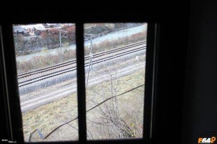 De pe scările mansardei se vede calea ferată