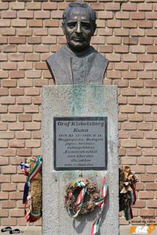 Bustul grofului Klebesberg Kuno, în curtea bisericii
