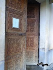Poarta bisericii de piatră