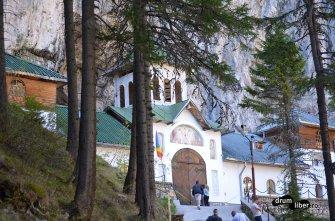Intrarea în peșteră e prin mănăstire