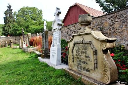 Cimitirul din curtea bisericii