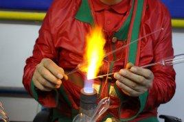 În foc se plămădește globul din sticlă