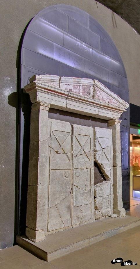 Poarta uriașă care stătea în fața patului regelui