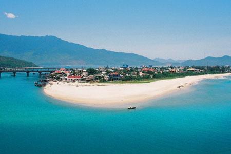 """Vịnh Lăng Cô - vịnh biển này là thành viên thứ 30 của Câu lạc bộ """"Các vịnh biển đẹp nhất thế giới"""" vào năm 2009"""