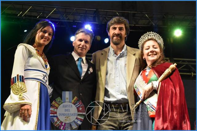 Gorsky, reina saliente; y Bidegain, reina electa, acompañadas por Mauricio Rey y el senador Giano.
