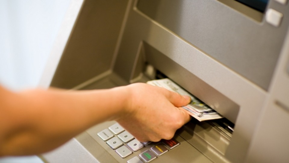 Πώς θα προστατευθείτε από τις κατασχέσεις της εφορίας στους τραπεζικούς λογαριασμούς