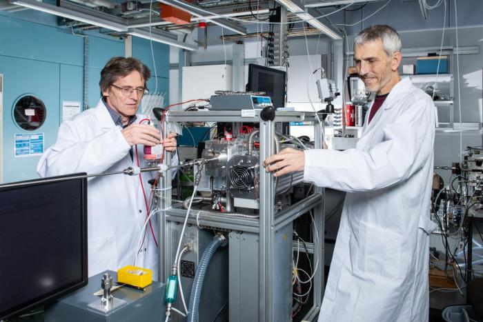 André Prévôt (right) und Urs Baltensperger at the newly developed device that analyses molecules in particulate matter. Credit: Paul Scherrer Institute/Mahir Dzambegovic