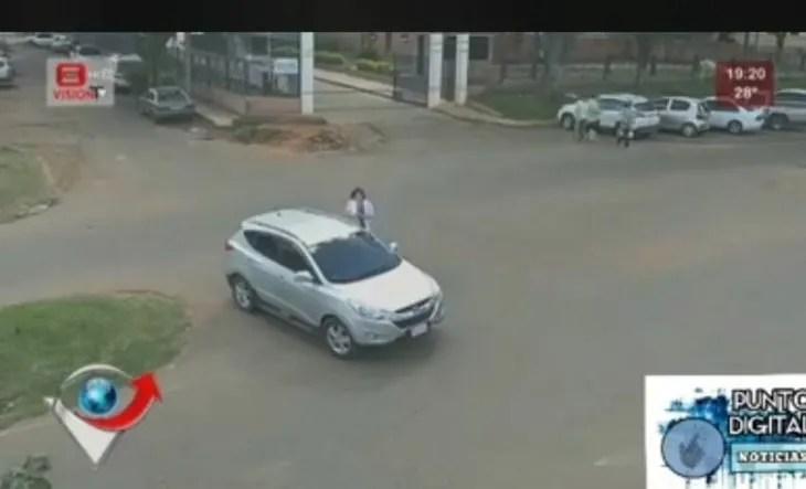 El vehículo quedó en medio de la avenida tras varias maniobras.