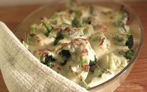 Broccoligratäng med potatis och halloumi