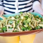 Grön pestosallad med linser, avokado och ärtskott