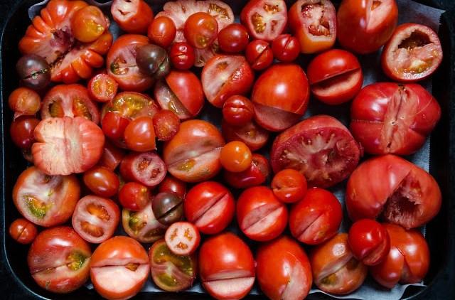Blandade tomater på plåt med bortskurna skrutt Farbror Grön