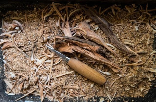 Alspån och törved används till rökning av chili Farbror Grön