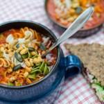 Pastasoppa med grillad paprika och tomat
