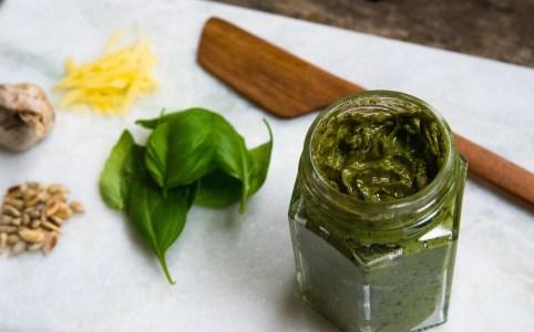 Pesto med basilika och solrosfrön