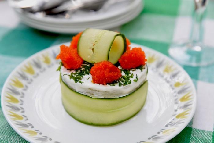 Smörgåsbakelse med kesofyllning, gurka och tångrom