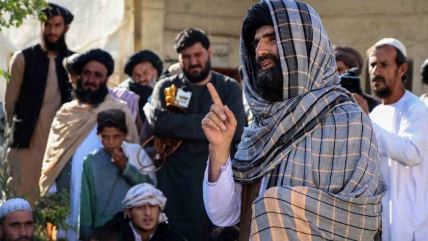 A Taliban leader talks to political prisoners released after a general amnesty in a prison in Kandahar, Afghanistan, on August 24, 2021. Illustrative image.