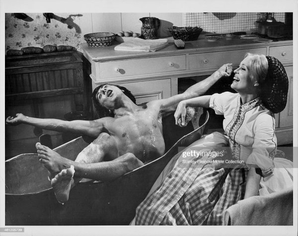 Actor Dustin Hoffman in a tin bathtub and actress Faye ...