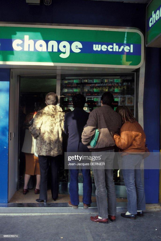file d attente devant un bureau de change en france le 28 mars 1983