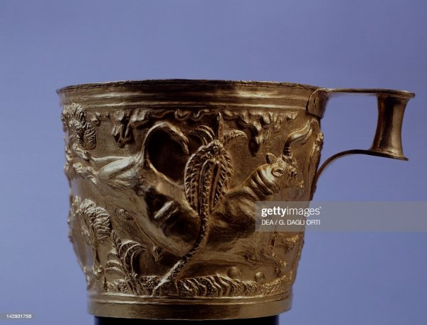 Gold cup from Vaphio near Sparta Goldsmith art