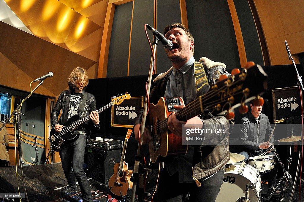 Fotos und Bilder von Dexter & Tom Odell Perform As Part Of ...