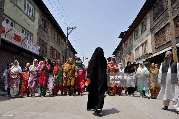 Kashmiri Muslim women Chanting pro-freedom slogans take ...