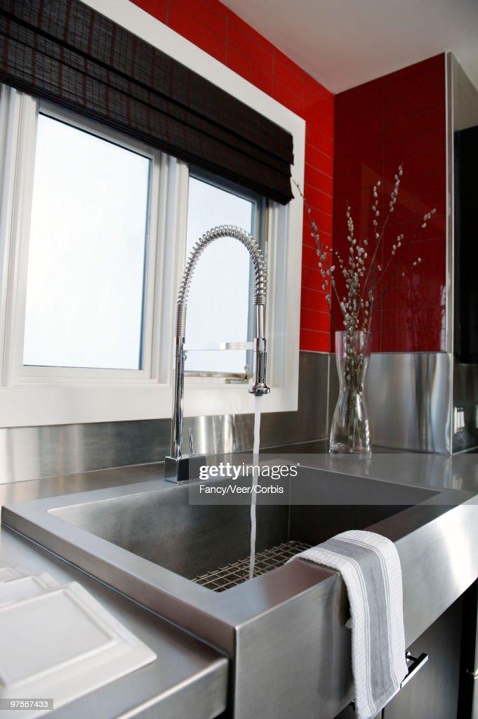 https www gettyimages de detail foto large stainless steel sink in front of window lizenzfreies bild 97557433