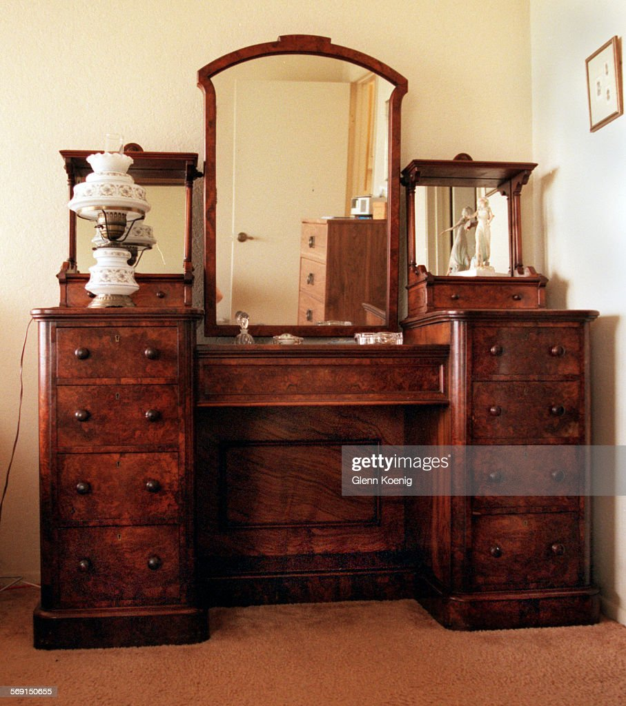 https www gettyimages dk detail news photo dresser antique 0525 gk the antique bedroom dresser circa news photo 569150655