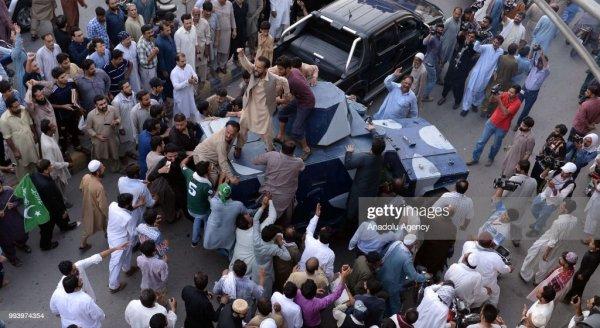 Supporters of Pakistan Muslim League Nawaz chant slogans ...