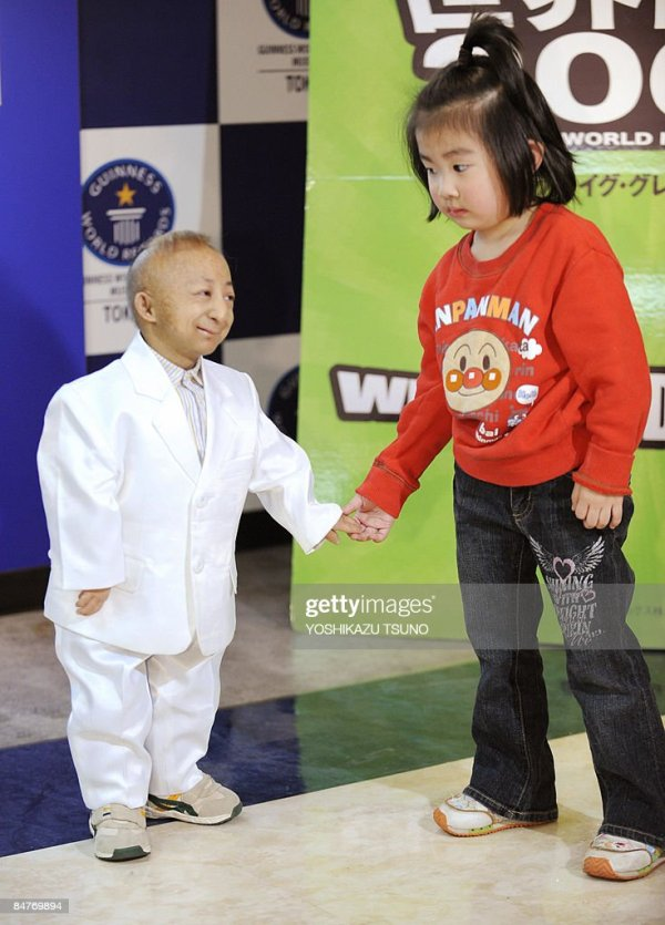 The world's shortest person He Ping Ping of China shakes ...
