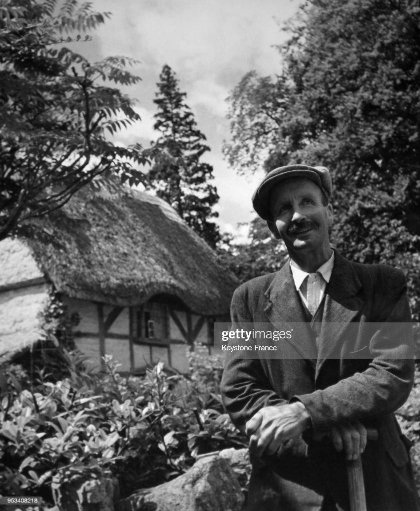 un berger anglais pose devant la maison dans laquelle ses ancetres news photo getty images