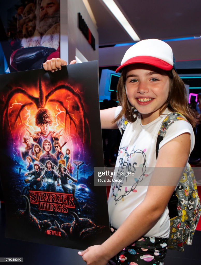 https www gettyimages de detail nachrichtenfoto young fan poses with a stranger things poster in the nachrichtenfoto 1079288310