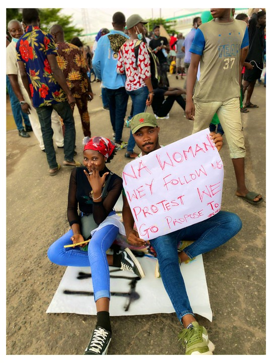 Man Proposes To His Girlfriend During #EndSARS Campaign In Lagos (Photos) 2