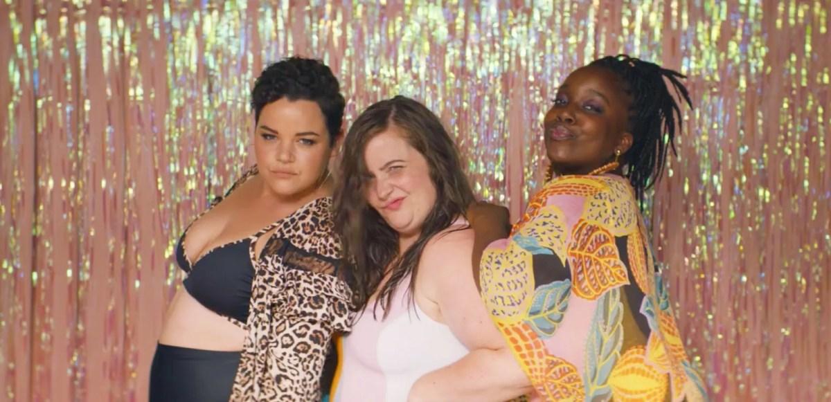 """Les amis d'Annie et Aidy Bryant en maillot de bain lors d'une fête à la piscine """"strident"""""""
