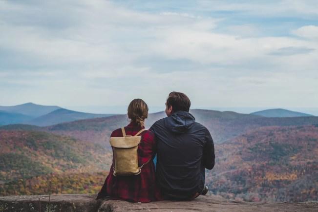 Uma bela foto de um casal relaxando na natureza no outono, quando as cores estão mudando.