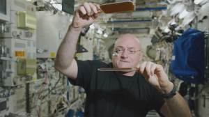Astronaut Scott Kelly plays ping pong with water droplet in space