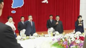North Korea's Kim Jong-un and South Korea's Moon Jae-in attend banquet