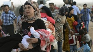 Islamic State: Thousands of Syrians flee ISIS to Turkey