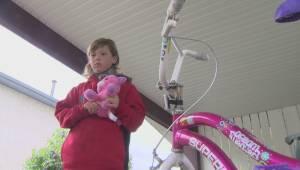 Vehicle drives off after hitting 8-year-old Winnipeg girl on bike (01:29)