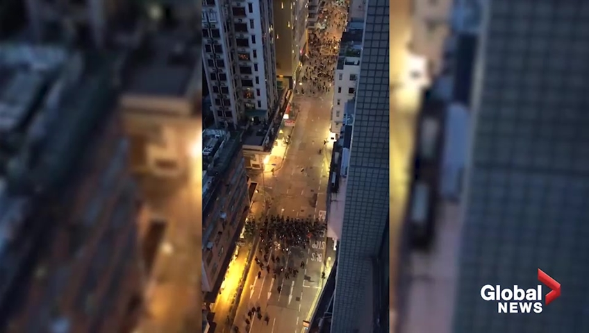 Click to play video 'Riot police advance on protesters in Hong Kong'