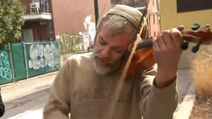 Homeless Montreal man gets new violin after his old one was stolen