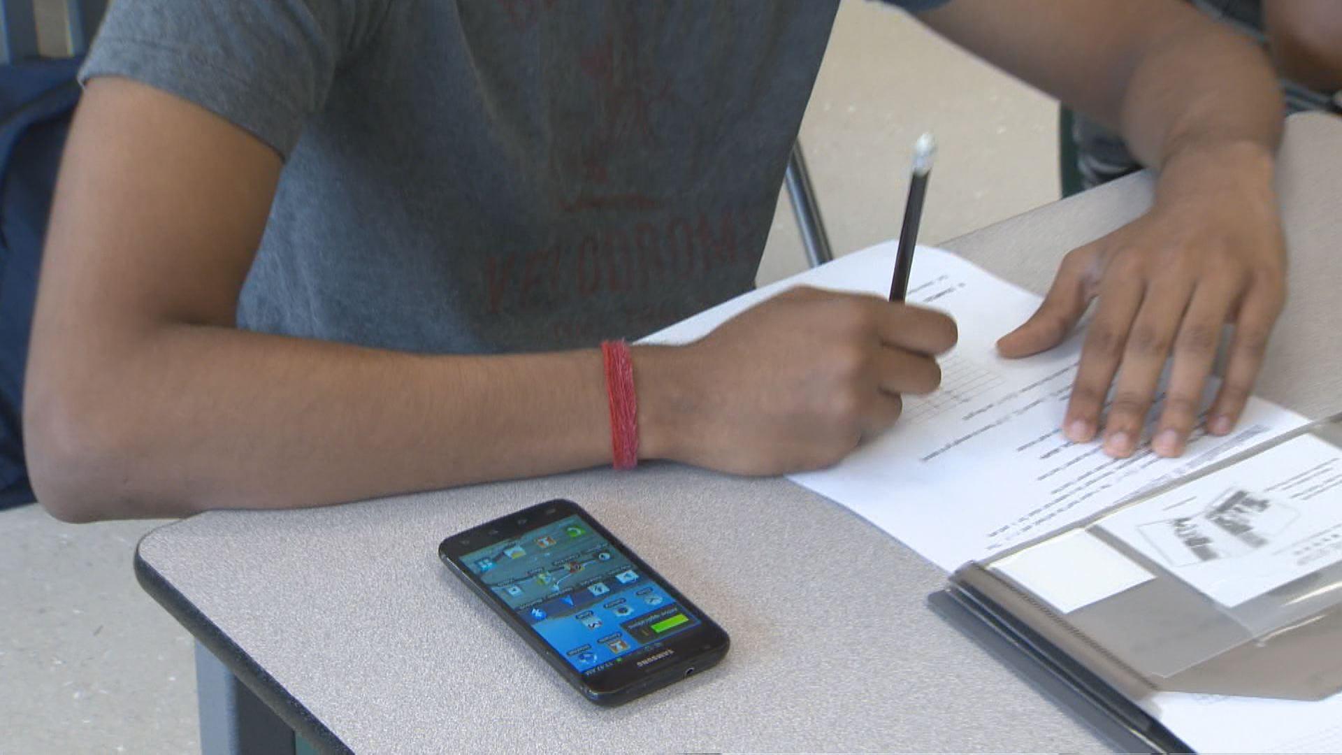 Ontario to ban cellphones in classrooms