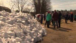 Ottawa residents rush to save homes from rising waters