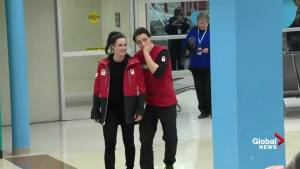 Crowd sings 'O Canada' as Tessa Virtue, Scott Moir arrive in London