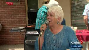 Calgary singer helps patients with dementia get in the Stampede spirit: 'It's just wonderful!'